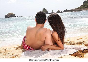 regarder, couple, dos, vue mer