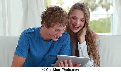 regarder, couple, ebook, ensemble