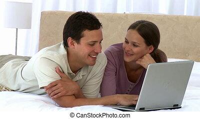 regarder, couple, heureux, lapton