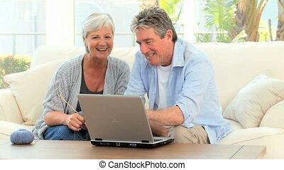 regarder, couple, informatique, personne agee