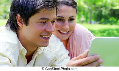 regarder, couple, informatique, sourire, tablette
