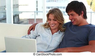 regarder, couple, ordinateur portable, agréable