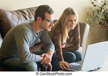 regarder, couple, ordinateur portable, jeune