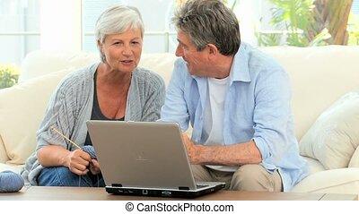 regarder, couple, ordinateur portable, mûrir