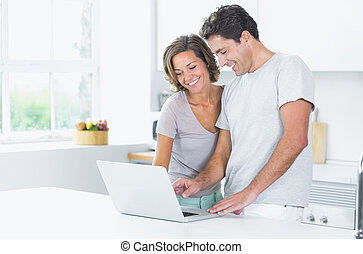 regarder, couple, ordinateur portable