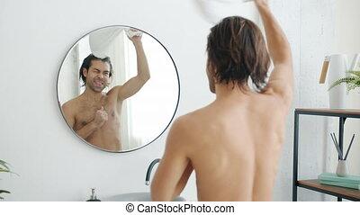 regarder, course, serviette, mouvement, lent, homme, danicng, heureux, mélangé, miroir, mur, salle bains
