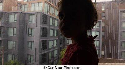 regarder, curieux, loin, fenêtre, gosse