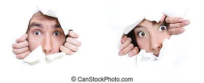 regarder dérobée, couple, papier, par, trou, blanc