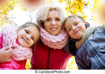 regarder, deux, bas, automne, mère, enfants