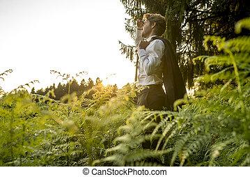 regarder, distance, homme, jeune, forêt