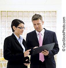 regarder, documents, businesspeople