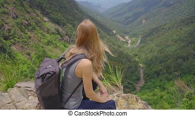 regarder, elle, vallée, bas, montagnes., majestueux, voyage, woman-traveler, there., jeune, sac à dos, concept