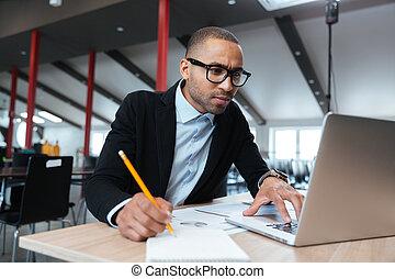 regarder, employé, moniteur ordinateur, jeune