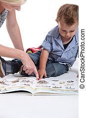 regarder, enfant, livre, mère