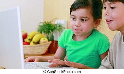 regarder, enfants, ordinateur portable, heureux