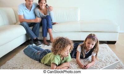 regarder, enfants, vidéo, ordinateur portable