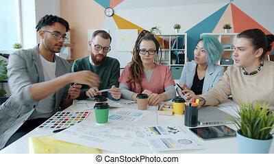 regarder, entrepreneurs, couleurs, discuter, conversation, application, ligne, appareil-photo vidéo, smartphone, conception, bureau, pendant, appeler