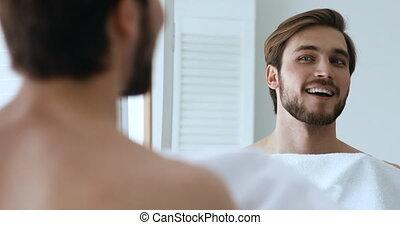 regarder, essuyer, barbe, homme souriant, serviette, ...