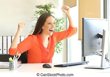 regarder, excité, entrepreneur, moniteur ordinateur