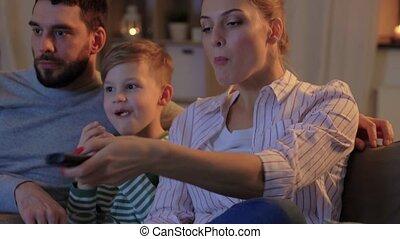 regarder, famille, heureux, pop-corn, tv, maison