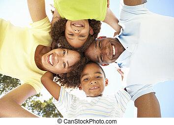 regarder, famille, parc, bas, appareil photo, portrait, heureux