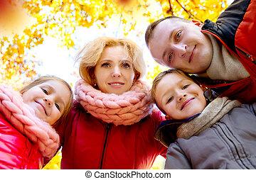 regarder, famille, sur, bas, automne, heureux