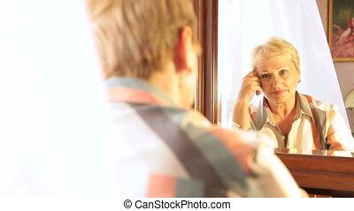 regarder, femme aînée, miroir