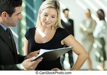 regarder, femme affaires, document, homme affaires