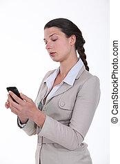 regarder, femme affaires, elle, téléphone