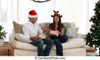 regarder, femme, cadeau