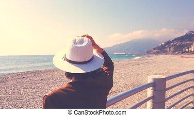 regarder, femme, chapeau, mer
