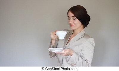 regarder, femme, coffee., affaires cassent, appareil photo, boire, sourire