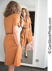 regarder, femme, elle-même, miroir