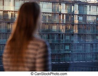 regarder, femme, immeuble