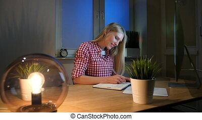 regarder, femme, informatique, chemise, fonctionnement, séance, bois, information., noter, lampe, checkered, femme, bureau, petit, sourire, agitation, lit, night., moniteur