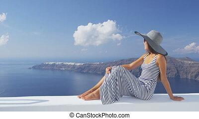 regarder, femme, luxe, voyage vacances, santorini