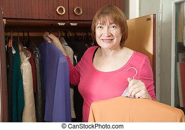 regarder, femme, mûrir, vêtements