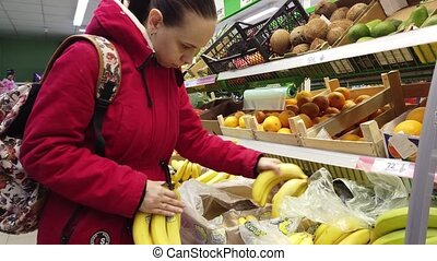 regarder, femme, magasin, femme, choisir, jeune, fin, compteur, store., haut, fruits, bon, bananes