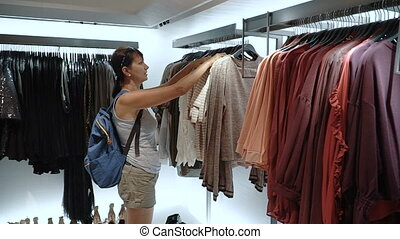 regarder, femme, magasin, vêtements