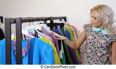 regarder, femme, rail, magasin, vêtements