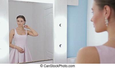 regarder, femme, reflet, elle, cheveux réparation, miroir maquillage, portrait