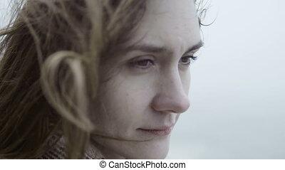 regarder, femme, songeur, jeune, triste, cheveux, brunette, femme, vagues, portrait, dreaming., loin, jour, brumeux, wind.