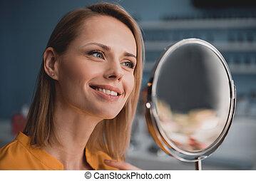 regarder, femme souriante, miroir