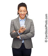 regarder, femme souriante, smartphone