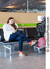 regarder, femme, tablette, bagage, fatigué, salon, pc, aéroport, hand-cart