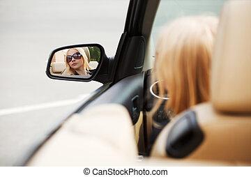 regarder, femme voiture, jeune, miroir