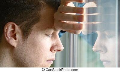 regarder, fenêtre, dehors, homme malheureux