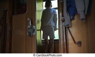 regarder, fenêtre, dehors, travel., soir, garçon, train, dehors, vieux