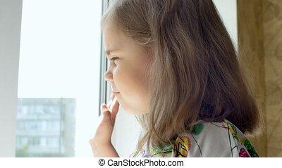 regarder fenêtre, enfant, dehors, portrait