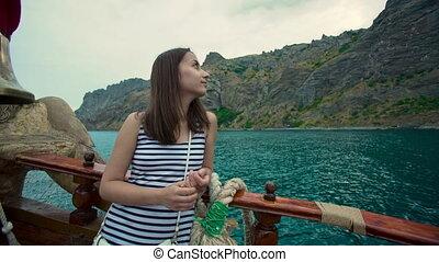 regarder, flotter, femme, autour de, bateau